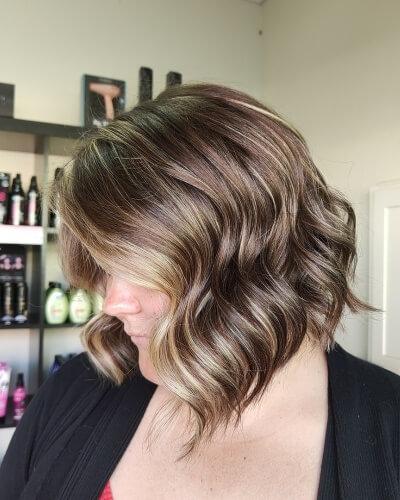Inverted Wavy Bob Haircut with Balayage Highlights for Thin Hair