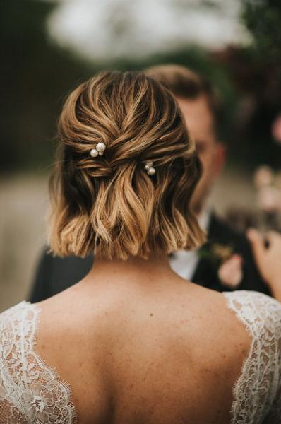 Wavy Bridal Short Hairstyle with Pearl Pins